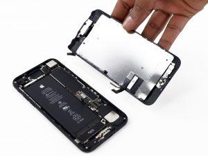 iPhone 7 kijelző csere, a telefon két része szétválik egymástól