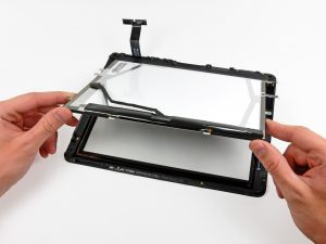 iPad érintőüveg csere: iPad 1 érintőüveg csere, óvatosan kiemeljük az LCD-t a kijelző keretből.