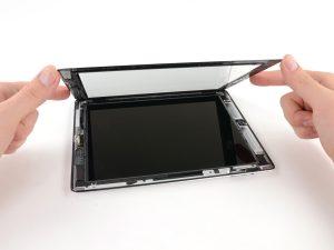 iPad 3 érintőüveg csere, az előlapot hátra hajtjuk a munkafelületre