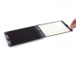 iPad mini 3 akkumulátor csere, az érintő üveg óvatos felhajtása