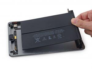 iPad mini 3 akkumulátor csere, az új akkumulátor behelyezése