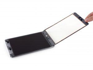 iPad mini 2 érintőüveg csere, az érintő üveg óvatos felhajtása