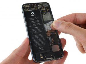 iPhone 5 akkumulátor csere, a régi akkumulátor kivétele