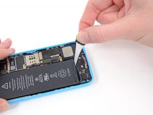 iPhone 5C akkumulátor csere, a régi akkumulátor eltávolítása a telefonból