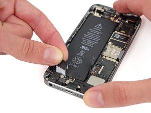 iPhone akkumulátor csere, iPhone 5S akkumulátor csere, a régi akkumulátor eltávolítása a telefonból