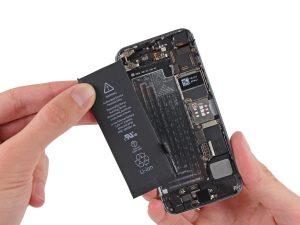 iPhone akkumulátor csere, iPhone SE akkumulátor csere, az új akkumulátor behelyezése az iPhone-ba