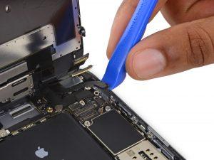 iPhone 6S Plus kijelző csere, a csatlakozók lecsatlakoztatása az alaplapról