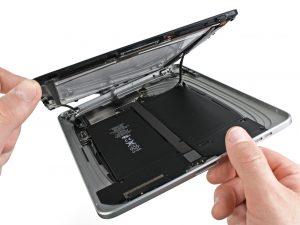 iPad 1 akkumulátor csere, a kijelző óvatos felhajtása