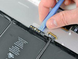 iPad 2 akkumulátor csere, az akkumulátort rögzítő ragasztó fellazítása