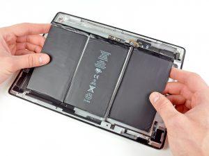 iPad 2 akkumulátor csere, a régi akkumulátor kivétele az iPadből