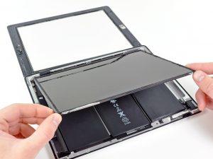 iPad 2 akkumulátor csere, a kijelző óvatos felhajtása