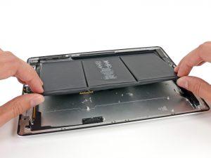 iPad 3 akkumulátor csere, az akkumulátor kiemelése az iPadből