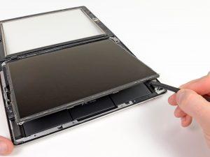 iPad 4 érintőüveg csere, a kijelző óvatos felhajtása az üvedlapre