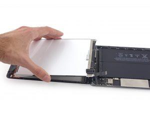 iPad mini 3 akkumulátor csere, az LCD panel lecsatlakoztatása