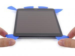 iPad mini 2 akkumulátor csere, az érintőüveg felnyitása több műanyag felnyitó eszköz segítségével