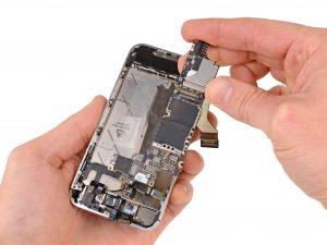 iPhone 4S kijelző csere, alaplap kivétele a telefonból