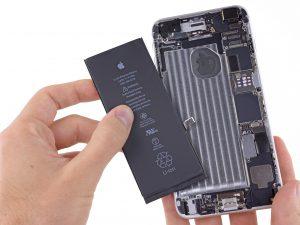 iPhone akkumulátor csere, iPhone 6 Plus akkumulátor csere, az új akkumulátor behelyezése
