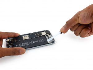 iPhone akkumulátor csere, iPhone 6Sakkumulátor csere, a régi akkumulátor kivétele