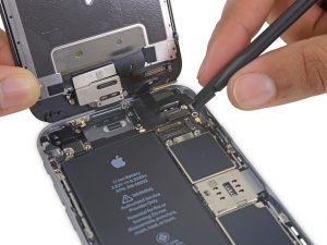 iPhone 6S kijelző csere, csatlakozók lecsatlakoztatása az alaplapról