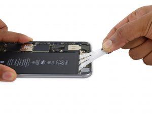 iPhone 6S Plus akkumulátor csere, a régi akkumulátor kivétele