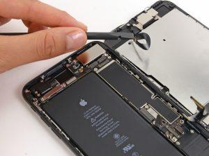 iPhone 7 Plus kijelző csere, az eőlepi szenzor kábel lecsatlakoztatása