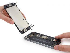iPhone SE akkumulátor csere, a telefon két része elválik egymástól